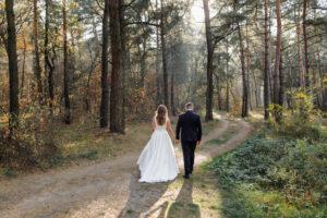 Bruidspaar in nationaal park bos