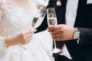 Bruidspaar proosten met champagne