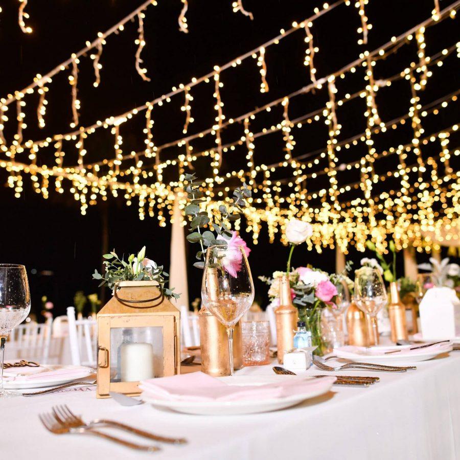 gezellige lampen op een trouwlocatie