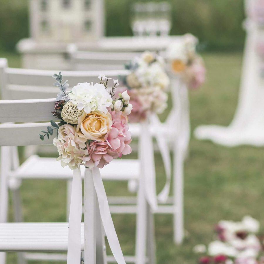trouwfeest met witte stoelen